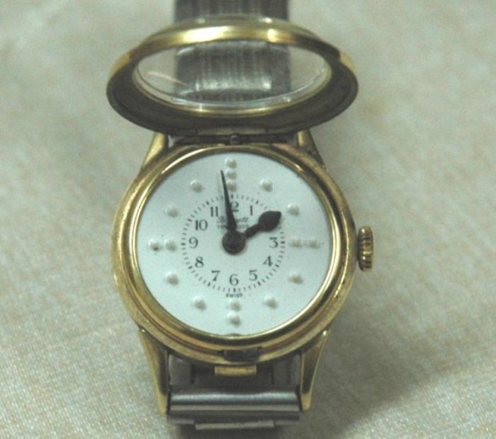 Большинство слепых людей пользуются часами с откидной крышкой и циферблатом, на котором расположены выступающие точки