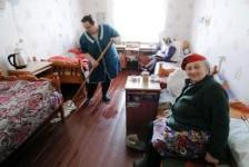 Жить не тужить.</p> <p> Как попасть в » пенсионерские» дома столицы»></p></div> <p>Раньше дома престарелых назывались домами призрения и богадельнями.</p> <p> Теперь попасть в московские пансионаты хотят немало пожилых людей, у кого проблемы со здоровьем. А что — чистые комнаты, медобслуживание, библиотека, полно собеседников-ровесников. Кстати, многие пансионаты сейчас наводнили бригады рабочих: до конца года капремонт проведут в восьми пансионатах для ветеранов труда, 17 психоневрологических домах-интернатах и одном специализированном жилом доме для пенсионеров.</p> <p> Город выделил в 2011 г. 2,9 млрд руб.</p> <p> на ремонт и модернизацию учреждений соцзащиты Москвы. Вовсе не обязательно переезжать в пансионат навсегда. Иногда человек хочет проводить выходные у себя дома, нередки ситуации, когда бабушке надо обеспечить уход в течение нескольких месяцев на время отъезда родственников.</p> <p> Практически все учреждения предлагают разные формы проживания (но некоторые — только временную): — дневную; — пятидневную; — временную (до 6 месяцев); — постоянную. Какие в столице есть дома для пожилых: — 10 психоневрологических интернатов (№ 4 (ЗАО), № 11 (ЮВАО), № 12 (ВАО), № 16 (ЮАО), № 20 (ЮЗАО), № 22 (ВАО), № 23 (СВАО), № 25 (САО), № 26 (ВАО), № 30 (ЮАО)), а также геронтопсихиатрический центр милосердия (ЮАО). — 7 пансионатов для ветеранов труда (№ 1 (САО), № 6 (ЮЗАО), № 9 (СЗАО), № 17 (ЮВАО), № 31 (ЮЗАО), № 19 (ВАО), № 29 (ЗАО)).</p> <p> — Дом ветеранов сцены им. Яблочкиной (ВАО). Попасть туда можно по направлению Союза театральных деятелей. <div id='stb-container-9565' class='stb-container-css stb-info-container stb-no-caption stb-image-big stb-ltr stb-corners stb-shadow stb-side'><aside class='stb-icon'><img src='/wp-content/plugins/wp-special-textboxes/themes/stb-metro/info.png'></aside><div id='stb-box-9565' class='stb-info_box stb-box' >— Пансионат «Никольский парк». Занимается медико-социальной реабилитацией лиц пожилого возраста (ветеранов войны и труда, граждан