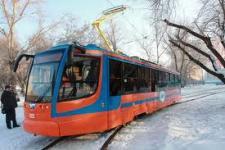 Он стоит 14 млн.  Первый в Новосибирске скоростной трамвай пока ездит медленнно.  Фото.